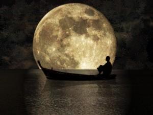 La Luna per la scienza è un satellite che non brilla di luce propria, ma di quella riflessa dalla nostra stella, il Sole.