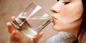 Dobbiamo veramente bere otto bicchieri di acqua al giorno?